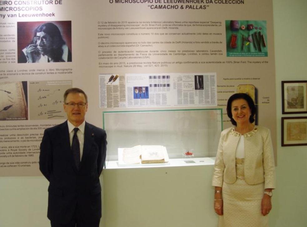 Tomás Camacho e Estrella Pallas, donos da colección de microscopios na que se inclúe o aparello de Antoni van Leeuwenhoek, na exposición realizada en 2016 no Museo de Historia Natural da USC. Foto: USC.