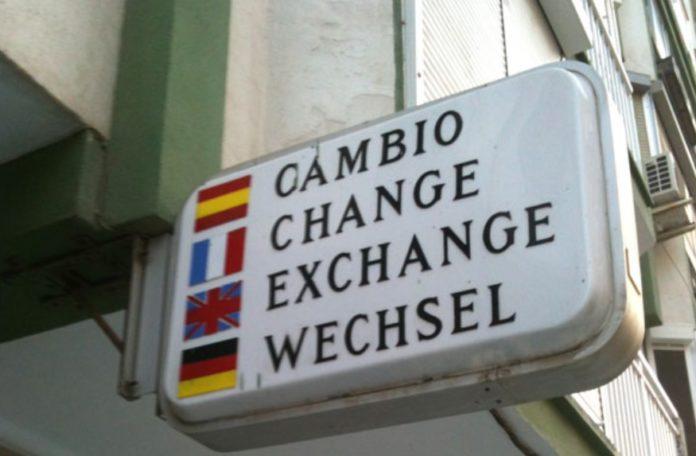 Cartel de casas de cambio, moi habitual antes da entrada en vigor do euro.