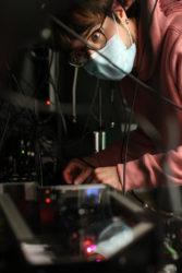 Darío Lago supervisa o experimento no laboratorio. Foto: ICFO.