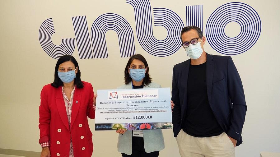 A vicerreitora de Investigación, Belén Rubio; a investigadora Diana Valverde e o director do CINBIO, Miguel Correa. Foto: Duvi.