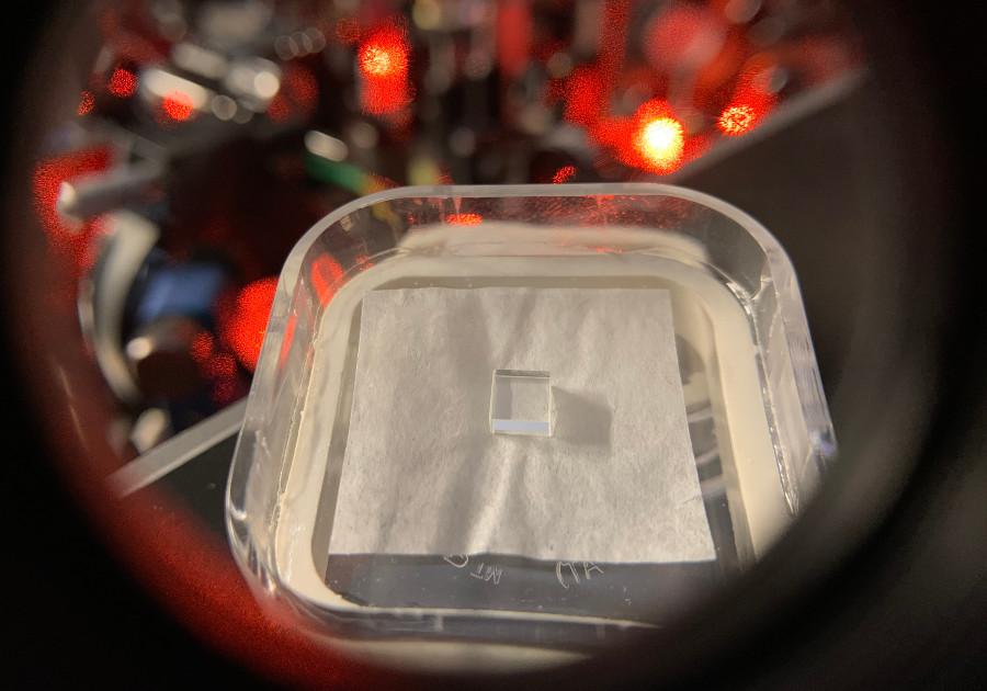 Cristal dopado con elementos de terras raras (Praseodimio), utilizado como memoria cuántica. Foto: ICFO.