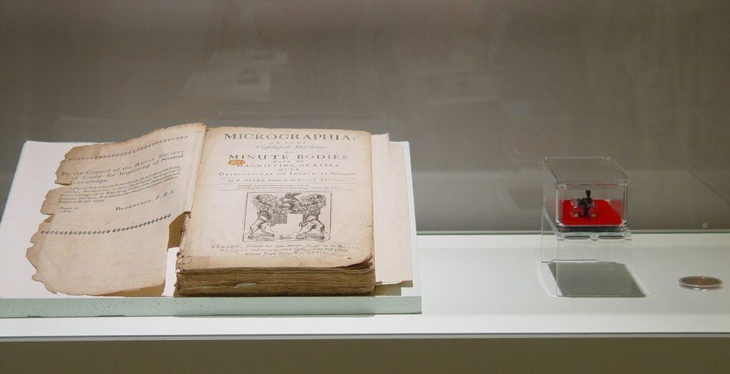 "Primeira edición de ""Micrographia"", xunto ao microscopio de van Leewenhoek, que forman parte da colección de Tomás Camacho, expostos no MHN-USC. Foto: USC."