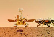 A sonda 'Tianwen', á dereita, e o vehículo 'Zhurong', no centro da imaxe, sobre a superficie do planeta vermello. Foto: CNSA.