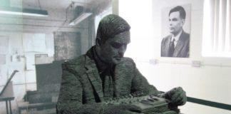 Estatua de Alan Turing en Bletchey, centro de operacións no que o matemático traballou na Segunda Guerra Mundial para desentrañar as comunicacións encriptadas do exército nazi. Foto: Jon Callas / CC BY SA 2.0.