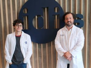 Adrián Cordido, primeiro autor do artigo, e Miguel García, líder do grupo NefroCHUS. Foto: IDIS.