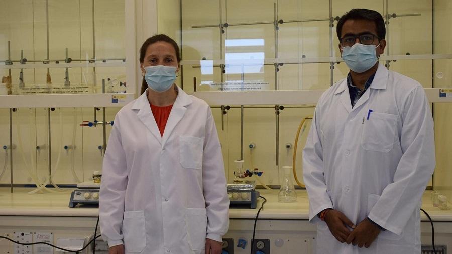 Isabel Pastoriza e Krishna Kant, nas instalacións do CINBIO. Foto: Duvi.
