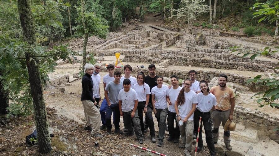 Parte da trintena de estudantes que participaron nas escavacións. Foto: Duvi.