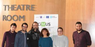 """Membros do grupo """"Virus and Cancer"""" do CiMUS, dirixido por Carmen Rivas (centro), xunto a Adolfo García Sastre, á súa dereita. Foto: CiMUS."""