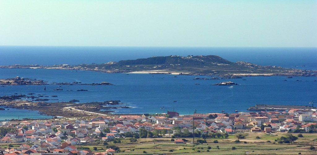 Vista de Sálvora desde Carreira e Aguiño. Foto: Lmbuga / CC BY-SA 3.0.