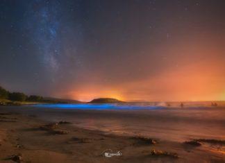 Fotografía do mar de ardora na praia de Ermida de Corme coa Vía Láctea. Foto: Drew Corme.