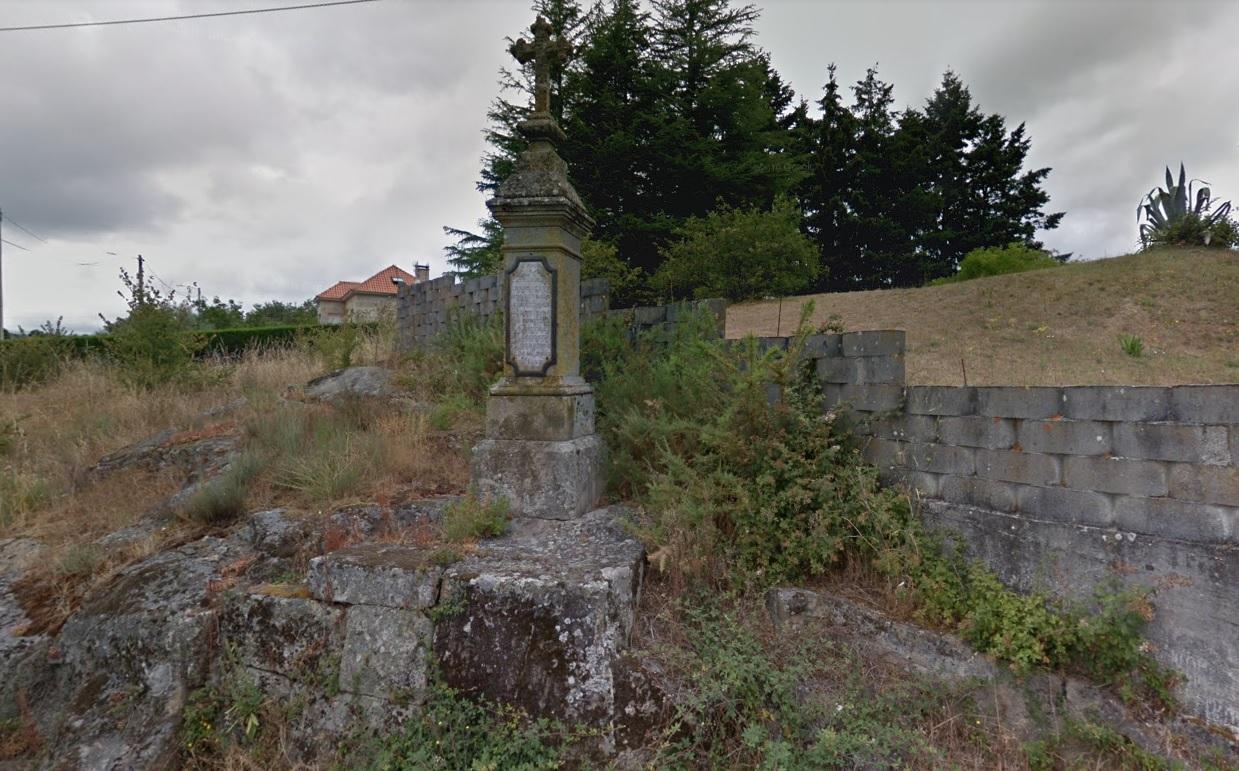Monolito de homenaxe ás vítimas da traxedia de Allariz, a carón da estrada OU-320. Fonte: Google Street View.