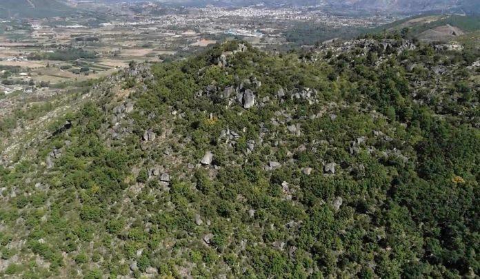 Panorámica do castelo de Lobarzán, con Verín ao fondo. A visita permite percorrer a contorna e achegarse aos principais achados dos dous xacementos de Monterrei. Foto: Premedia/UVigo.