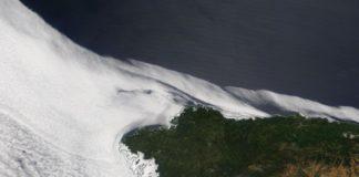 Vista das néboas na costa atlántica ibérica durante o domingo, captadas polo satélite Terra da NASA.