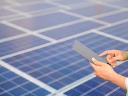 Os óxidos metálicos úsanse nas pantallas táctiles dos dispositivos móbiles e nas placas de enerxía fotovoltaica. Imaxe: Pixabay.