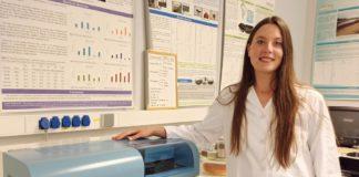 A investigadora Antía Gómez, na Facultade de Ciencias do Campus de Ourense. Foto: Duvi.