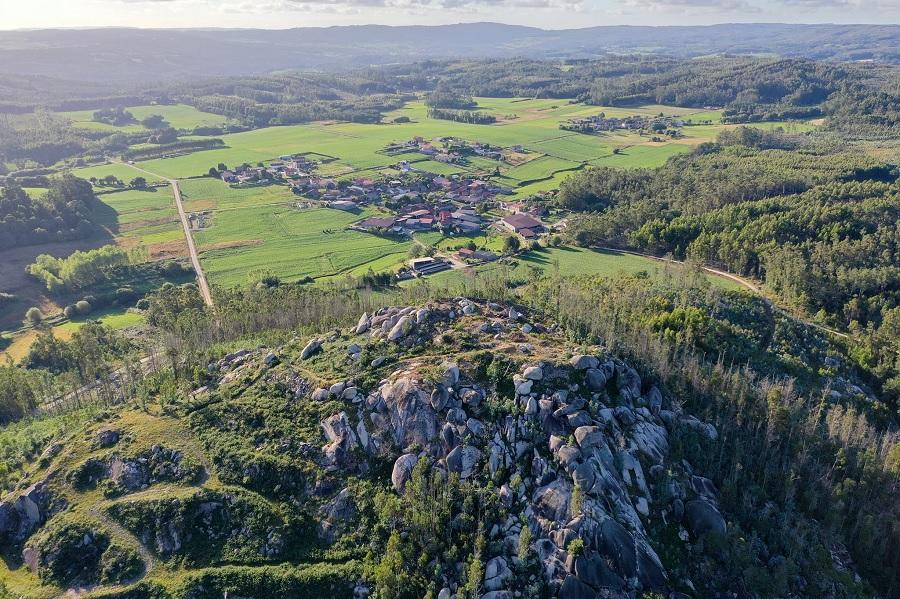 Panorámica do castelo de Portomeiro e a aldea do mesmo nome. Foto: José Costa/Romanarmy.