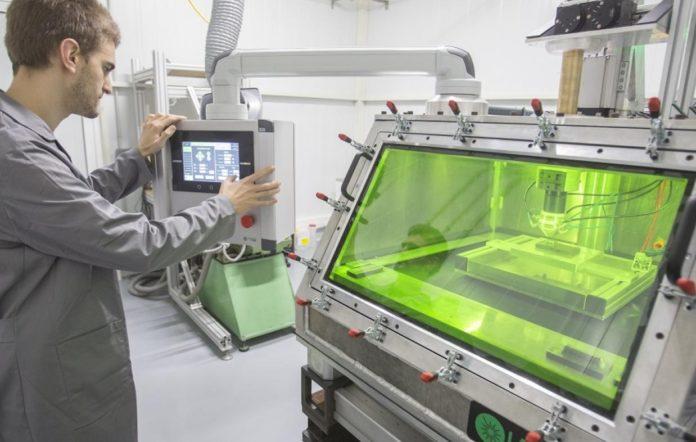 Estación de fabricación aditiva que empregou na tese o investigador Óscar Barro. Foto: Duvi.