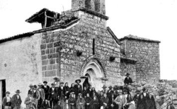 Familiares das vítimas do suceso, pouco despois da traxedia diante da igrexa de San Salvador de Piñeiro (Allariz). Fonte: Cadernos de Atención Primaria.