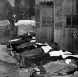 Vítimas do suceso, no chan da igrexa. Foto: Luis Fernández Pérez.