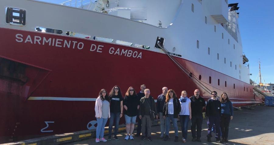O equipo da campaña, ao pé do Sarmiento de Gamboa. Foto: Duvi.