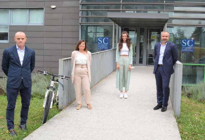 María Cebro, xunto aos supervisores da súa tese. Foto: CiMUS.