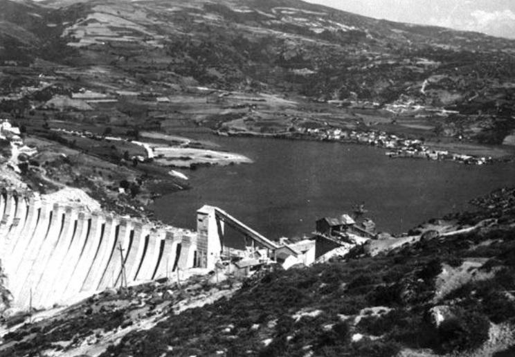 A aldea de Alberguería, comezando a inundarse pouco despois da construción do encoro de Prada, no ano 1958. Foto: albergueria.es.