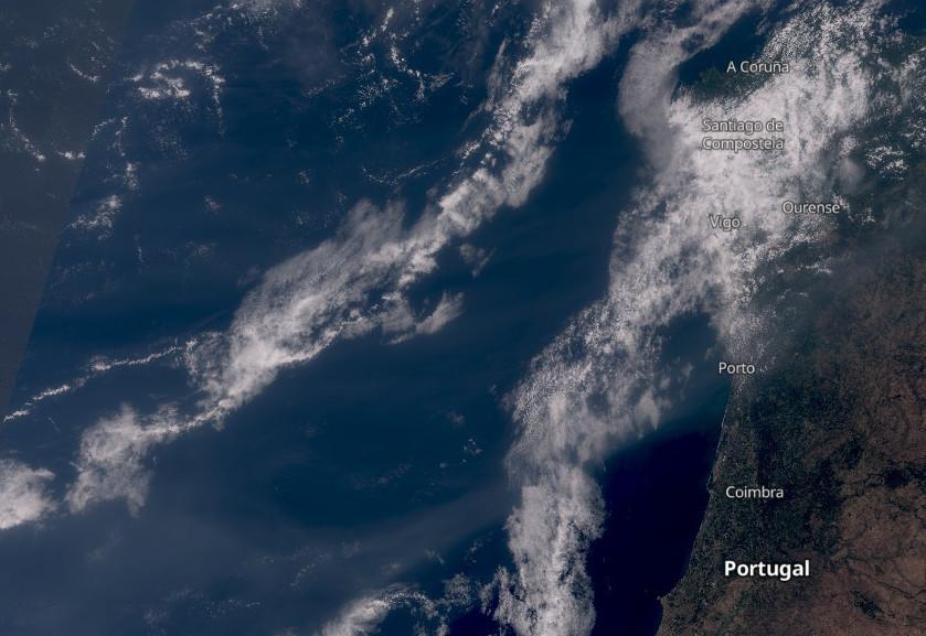 O fume (visible como unha franxa que vai desde a parte inferior da imaxe e se adentra no continente á altura do Porto), foi retratado polos satélites da misión Sentinel a pasada fin de semana. Fonte: Sentinel3.