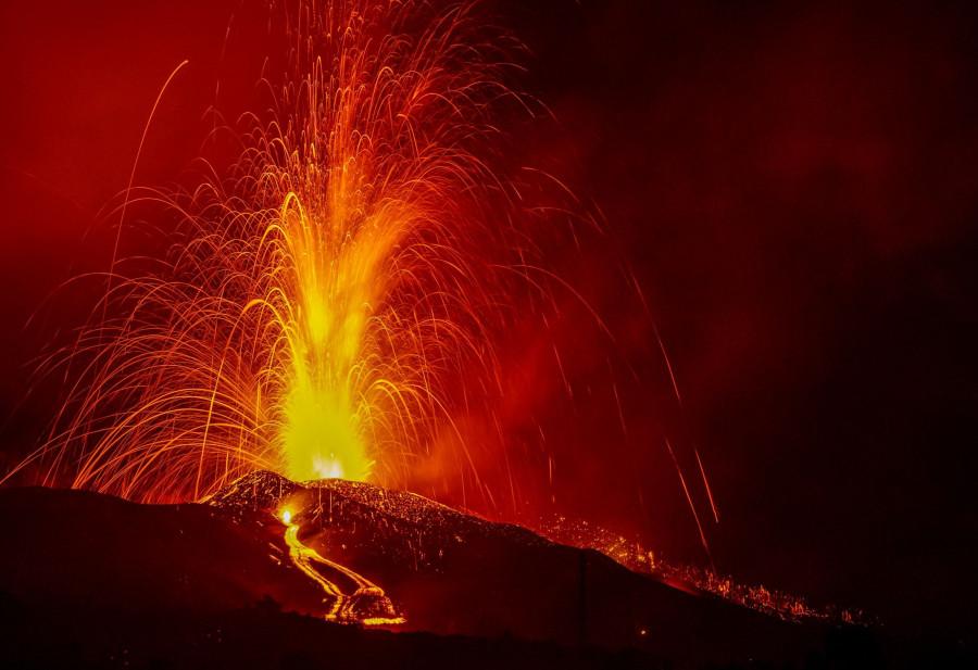 Imaxe nocturna do volcán captada polo equipo de I Love the World.