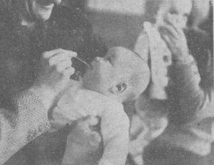 """Un bebé recibe a vacina da polio na campaña desenvolvida en Lugo e León. Foto publicada en """"La Noche"""" o 23 de xullo de 1963,"""