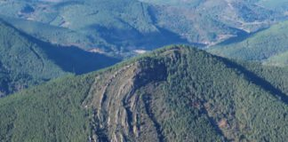 """Vista do sinclinal de Castro Dares. Foto extraída da guía """"Rutas Xeolóxicas"""" do proxecto do xeoparque."""
