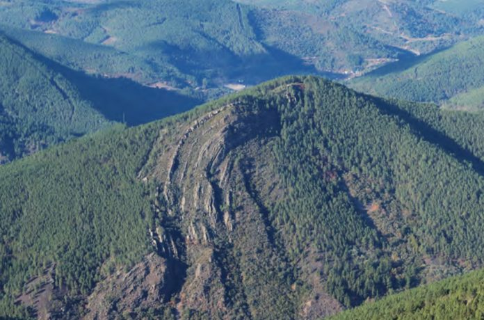 Vista do sinclinal de Castro Dares. Foto extraída da guía