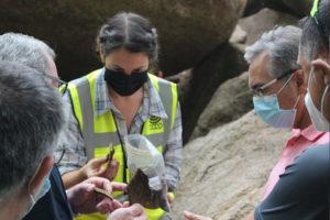 Unha das investigadoras de Xeitura amosa as pezas de cerámica atopadas no lugar. Foto: Xeitura.