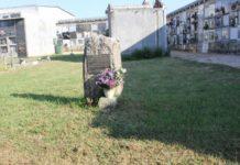 Monolito que marca a presenza dunha fosa de vítimas da represión franquista no cemiterio de Rubiáns, en Vilagarcía. Foto: USC.