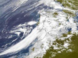 Imaxe do satélite deste luns que amosa a borrasca que afectará a Galicia no comezo da semana. Fonte: Eumetsat.