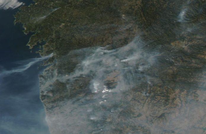 Nubes de fume causadas polos incendios que afectaron a Galicia en outubro de 2011. Fonte: NASA.