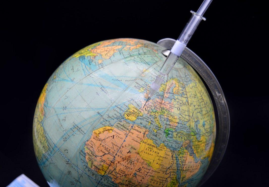 A cobertura global da vacinación é esencial para evitar novos riscos que obstaculicen a superación da pandemia. Foto: Pixabay.