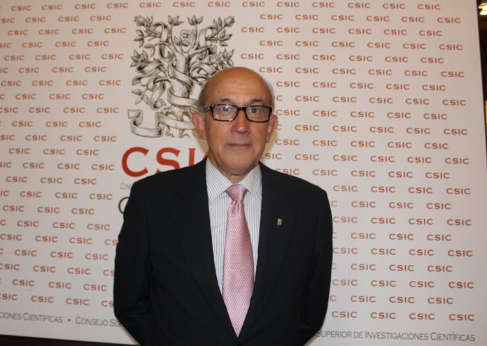 O novo delegado institucional do CSIC en Galicia, Javier Rey, na súa toma de posesión. Foto: CSIC Galicia.