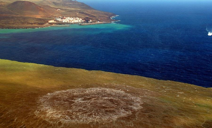 Erupción do volcán Tagoro, preto da costa de El Hierro, no ano 2011. Foto: INVOLCAN.