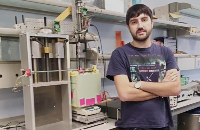 Esteban Paredes, co dispositivo experimental deseñado no marco da súa tese. Foto: Duvi.