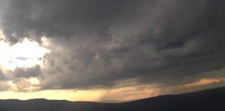 Vista da treboada do martes sobre Lardeira, en Carballeda de Valdeorras, a través da cámara de MeteoGalicia.