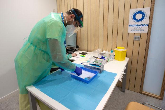 A EMA recomenda priorizar as doses de reforzo en persoas inmunodeprimidas e, posteriormente e suxiren que se teña en consideración a opción de dala a persoas maiores, en particular as que viven en centros residenciais. Foto: Xunta de Galicia.