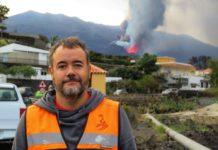 David Calvo, investigador do INVOLCAN, este mércores en Tajuya, co volcán de Cumbre Vieja ao fondo. Foto: Manuel Rey.