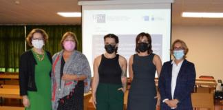 A investigadora da USC Dafne Díaz coas profesoras que integraron o tribunal que avaliou a súa tese de doutoramento.