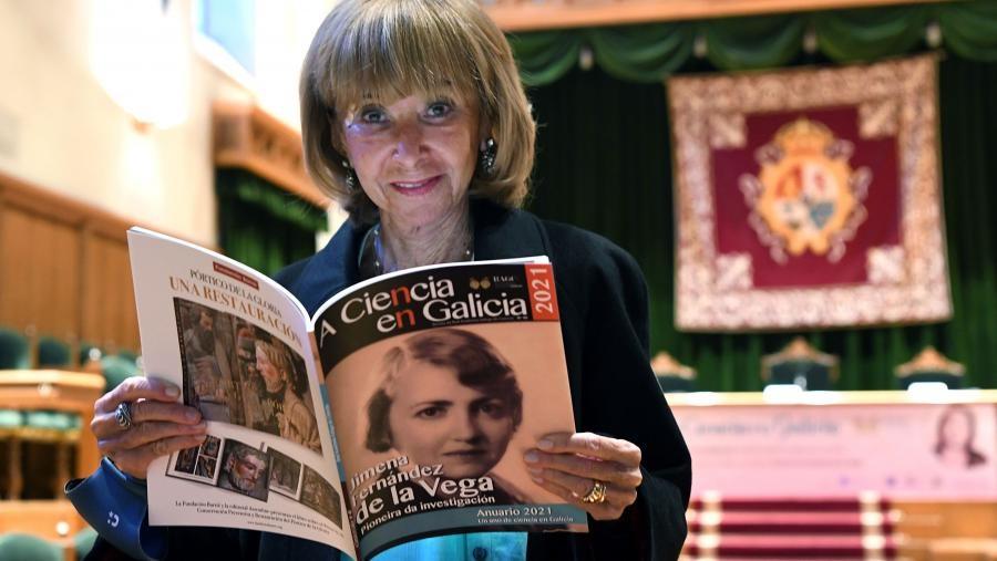 María Teresa Fernández de la Vega, co Anuario da Ciencia en Galicia. Foto: Santi Alvite / USC.