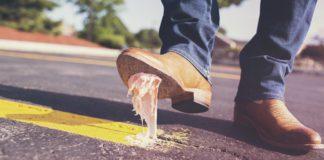 As análises do bacterioma da goma de mascar poderían axudar, por exemplo, nas estratexias de limpeza dos milleiros de residuos que fican pegados no chan das rúas. Foto: Pixabay.