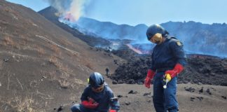 Investigadores do IGME toman mostras preto da coada de lava do volcán de La Palma. Foto: IGME.