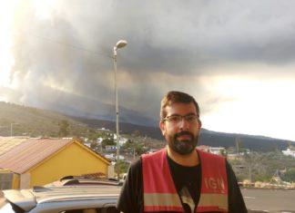 Itahiza Domínguez, científico do IGN especializado en sismoloxía volcánica, no Centro de Atención e Vixilancia da Erupción (CAVE) en Tajuya. Foto: Manuel Rey.