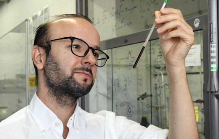 O científico Javier Montenegro lidera desde o CiQUS un laboratorio que estuda o transporte de ácidos nucleicos ao interior das células. Foto: Santi Alvite / USC.