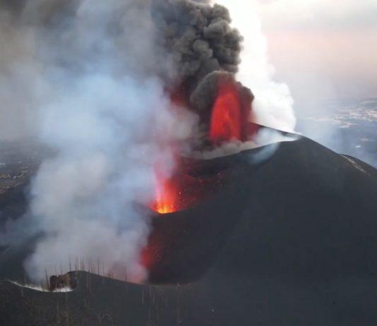 Vista aérea das bocas eruptivas do volcán de Cumbre Vieja, tomada o pasado venres polo Servicio de Trabajos Aéreos do IGME-CSIC )STA) xunto co Grupo de Emergencia y Salvamento (GES) do Goberno canario.