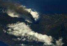 Imaxe captada polo comandante da Estación Espacial Thomas Pesquet,, na que se observa a nube de cinzas e a coada de lava adentrándose no mar.